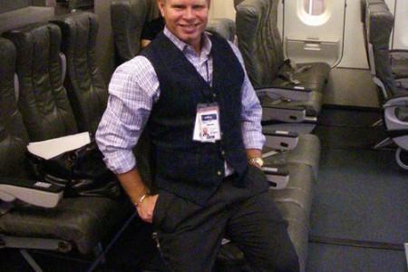"""Comissário de bordo discute com passageiro e """"foge"""" pela saída de emergência."""