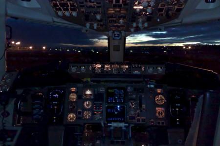 Cockpit de Boeing 767 ao amanhecer #foto