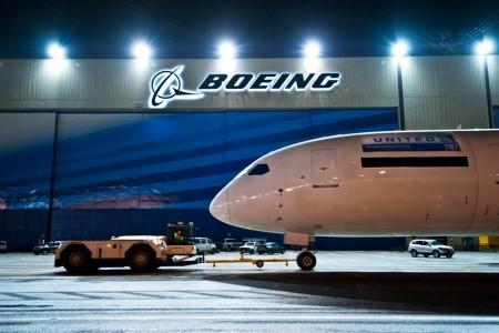 Primeiro 787 da United saindo do hangar de montagem