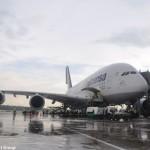 Advinha quem bateu asa no terminal de novo? Um A380