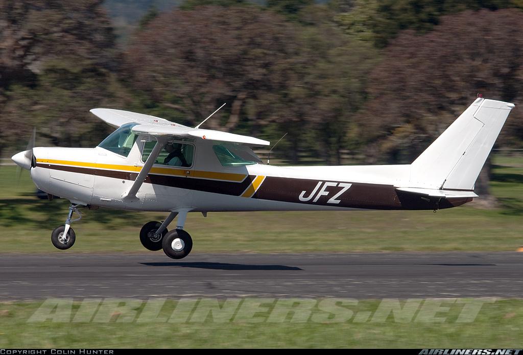 Nesta foto o piloto esta quase tocando o solo, mais ainda deve cabrar um pouco mais o avião mantendo a mesma distância do solo, assim o toque será bem suave e pouso perfeito