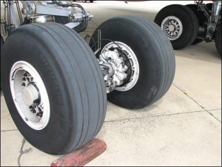 Marcas de contato no trem de pouso principal esquerdo, borda interna do pneu traseiro