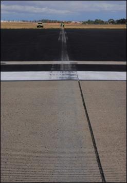 Marcas típicas de contato com pista, área de escape e gramado