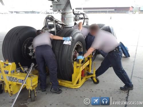Encaixando o novo pneu nas trilhas do freio