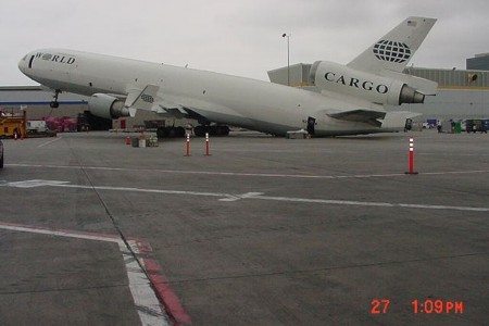 Por que na maioria dos aviões os motores ficam sob as asas? #perguntas