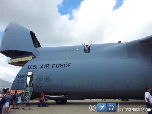 Foto do Lito na saída de emergência do C-5B Galaxy