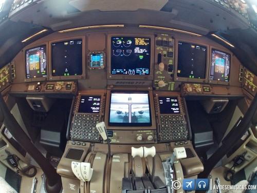 Tela inferior mostrando a visão das câmeras de auxílio de Taxi