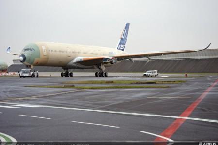 Foto do primeiro Airbus A350 já com as asas montadas para testes externos