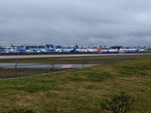 Dreamliners estacionados em Everett na fábrica da Boeing. Foto gentilmente cedida por Mary Kirby, editora do Airline Passenger Experience Magazine and Blog (http://blog.apex.aero/emagazines/)