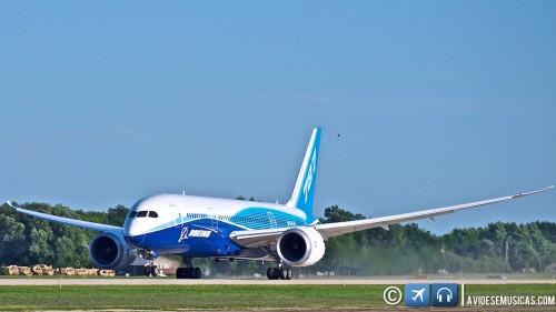 Boeing 787 decolando em Oshkosh 2011 ©Lito