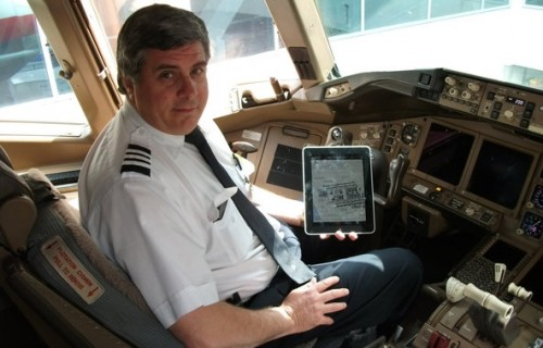 Piloto da American Airlines com seu iPad utilizado como EFB (Electronic Flight Bag)