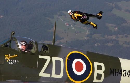 Jetman em formação com um Spitfire