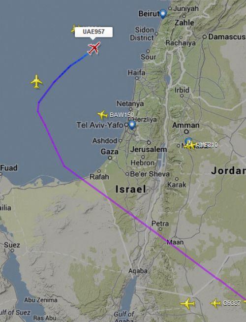 Já este A340-500 da Emirates, voando de Dubai para Beirute, preferiu evitar a Síria. Para isso, até sobrevoou Israel!