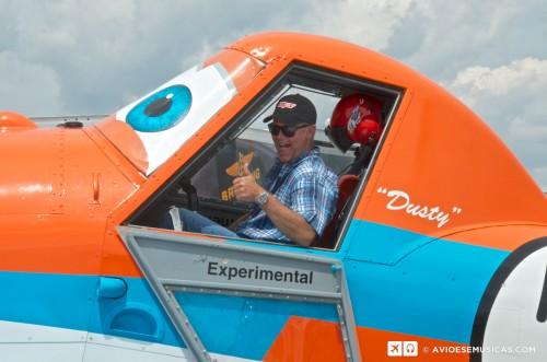 Klay Hall, diretor do filme Aviões visita o cockpit do Dusty em Oshkosh