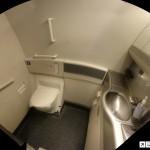 Quer ir ao banheiro no avião e tem medo de turbulência? Veja esta dica