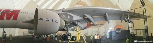 Panorâmica do interior do hangar inflável, com a aeronave já nos macacos.