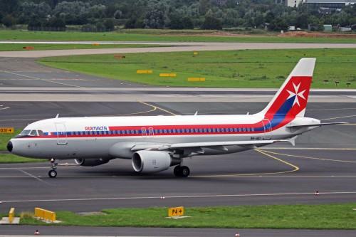 #10 Air Malta retro jet livery em um Airbus A320 por Ken Fielding