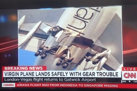 Um vídeo MUITO melhor do pouso do 747 da Virgin em Gatwick hoje.