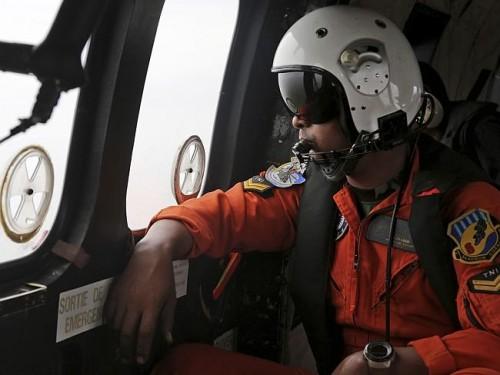 Buscando os destroços do AirAsia QZ 8501. Foto: AP