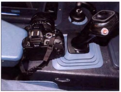 foto da câmera entre o braço do assento e o side-stick