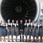 Tripulação da Lufthansa embarca em trajes típicos de Oktoberfest