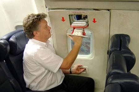 O que acontece se um passageiro tentar abrir a janela de emergência com o avião voando?