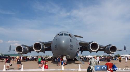 Foto do Boeing C-17 cargueiro cercado de pessoas