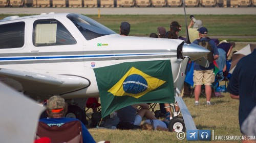 Bonanza com a bandeira do Brasil e Oshkosh